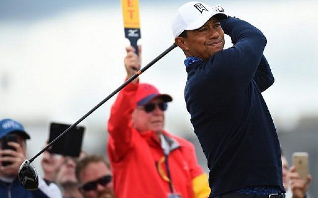 Le golfeur américain Tiger Woods regarde son drive depuis le 2e départ lors de l'entraînement du 147e Open de golf à Carnoustie, en Écosse, le 17 juillet 2018. (ANDY BUCHANANAN / AFP)