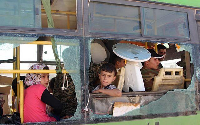 Illustration : des Syriens évacués en bus des régions de Fuaa et Kafraya, dans la province d'Idlib, au nord de la Syrie, le 19 juillet 2018. (Crédit :AFP/STR)