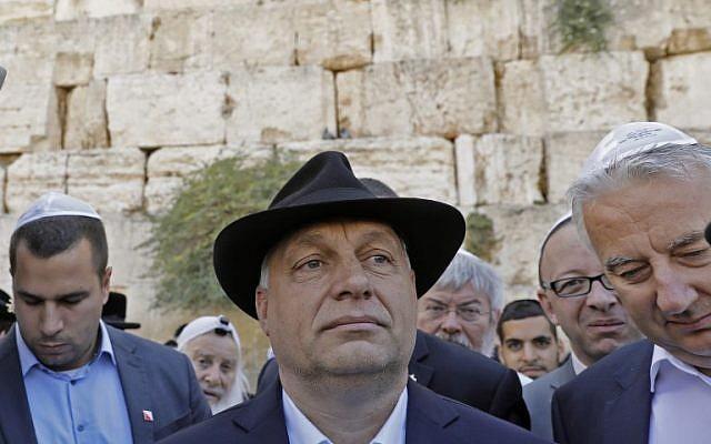 Le Premier ministre hongrois Viktor Orban à Jérusalem, au mur Occidental, le 20 juillet 2018. (Crédit : AFP/ MENAHEM KAHANA)
