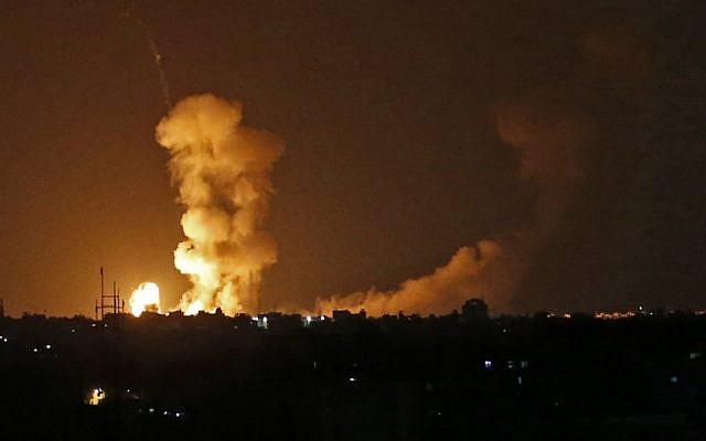 Une photo prise le 20 juillet 2018 montre des explosions suite à des bombardements israéliens à Khan Yunis dans le sud de la bande de Gaza suite à des tirs de roquettes. (Crédit : Afp / DIT KHATIB)