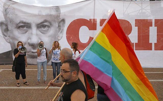 Des participants à une manifestation à Tel Aviv le 22 juillet 2018 pour protester contre une nouvelle loi sur les mères porteuses qui n'inclut pas les couples homosexuels. (Crédit : AFP / JACK GUEZ)