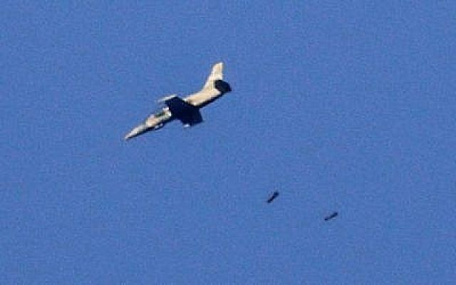 Une photo prise le 23 juillet 2018 depuis le plateau du Golan israélien montre un avion de combat larguant ses bombes dans la province syrienne du sud-ouest de Daraa au cours d'une offensive menée par le gouvernement syrien dans la région. (AFP /JALAA MAREY)