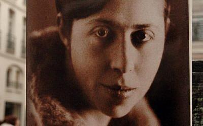 """Le livre """"Suite française"""" écrit par écrit par Irène Nemirovsky, etpublié à Paris, 62 ans après la mort de son auteure à Auschwitz en 1942 (photo prise le 2 novembre 2004), a été adapté au Festival d'Avignon pour la première fois (Crédit :/ AFP PHOTO / JEAN AYISSI)"""