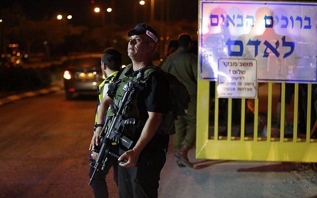 Les forces de sécurité israéliennes au sein de l'implantation d'Adam en Cisjordanie où a eu lieu une attaque au couteau (Crédit :  AFP PHOTO / Ahmad GHARABLI)