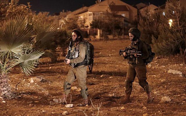 Une photo montre les forces de sécurité israéliennes à l'implantation d'Adam, le 26 juillet 2018 (Crédit : AFP / Ahmad GHARABLI)