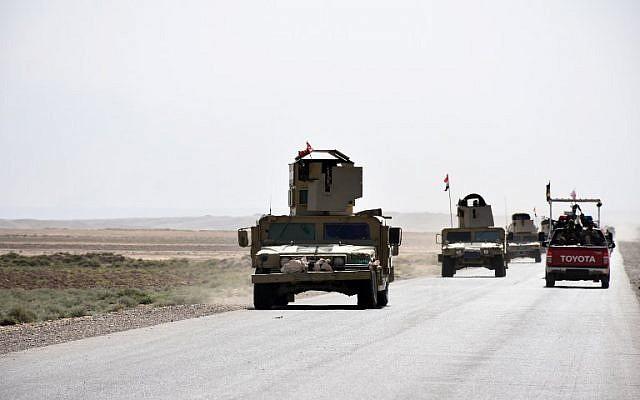 Illustration: des renforts de l'armée irakienne traversent une route reliant Hawija à Kirkuk, près du village de Khabbaz, le 7 octobre 2017. (Crédit : AFP/ Marwan IBRAHIM)