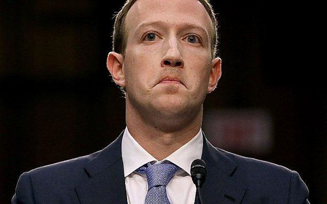 Le co-fondateur de Facebook, le PDG Mark Zuckerberg, est parti après avoir témoigné devant le comité sénatorial de la magistrature et du commerce dans l'immeuble de bureaux du Sénat à Capitol Hill, le 10 avril 2018, à Washington.  (Crédit : Chip Somodevilla/Getty Images/AFP)