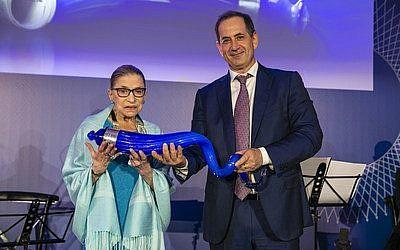 La juge Ruth Bader Ginsburg avec le cofondateur du Prix Genesis Stan Polovets, Jérusalem, le 10 juillet 2018. (Crédit : PRNewsfoto/The Genesis Prize Foundation)