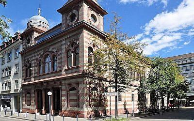 Une vue de la synagogue de la Lowenstrasse à  Zurich. (Crédit : Wikimedia Commons via JTA)