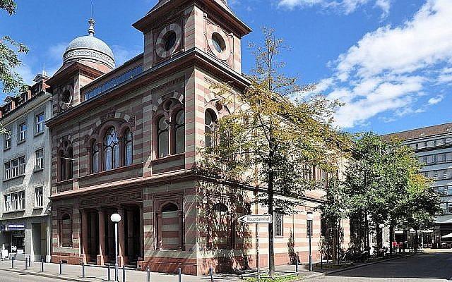 Une vue de la synagogue de la Lowenstrasse, à Zurich. (Crédit : Wikimedia Commons via JTA)