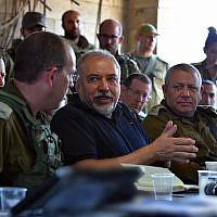 Le ministre de la Défense Avigdor Liberman rencontre des responsables de l'armée pendant un exercice simulant une guerre à Gaza, le 17 juillet 2018. (Crédit : Ariel Hermoni/Ministère de la Défense)