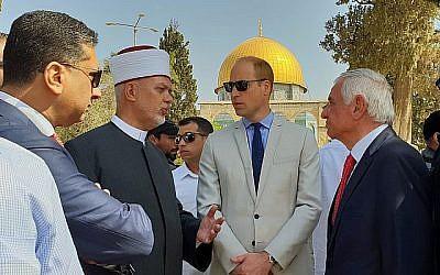 Le diplomate jordanien Nizar al-Qaissi, à gauche, s'est joint aux officiels du Waqf et au mufti palestinien de Jérusalem pour saluer le prince William sur le mont du Temple dans la vieille ville de Jérusalem, le 28 juin 2018. (Consulat général britannique de Jérusalem)
