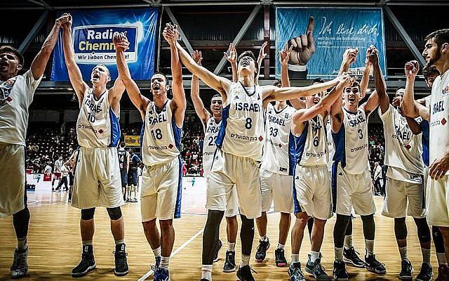 L'équipe nationale des moins de 20 ans de basket israélienne lors de sa victoire aux championnats européens de la FIBA, le 22 juillet 2018 (Autorisation : Association de basketball israélienne)