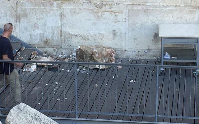 Un rocher du mur Occidental tombe sur une plate-forme de prière mixte le 23 juillet 2018 (Crédit : Western Wall Heritage Foundation via le Mouvement Massorti d'Israël)