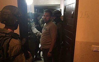 Les forces de sécurité israéliennes lors d'un raid au siège de la chaîne de télévision Al-Quds TV, en Cisjordanie, lors d'une opération nocturne, le 30 juillet 2018 (Crédit : Al-Quds TV/Facebook)