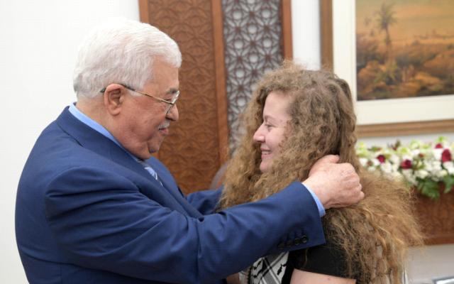 Mahmoud Abbas, à gauche, et Ahed Tamimi à Ramallah, le 29 juillet 2018 (Crédit WAFA)