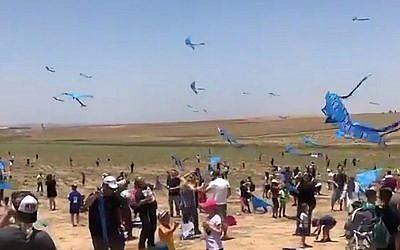 Des milliers d'Israéliens ont pris part à une manifestation vendredi, à proximité de la bande de Gaza, pour appeler au retour des dépouilles des soldats de l'armée israélienne détenus par le Hamas (Crédit : capture d'écran Twitter)