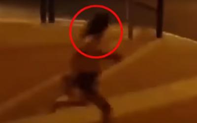 """Capture d'écran d'une vidéo d'une jeune femme prise en chasse par des utlra-orthodoxes en raison de sa tenue """"impudique"""", à Ramat eit Shemesh. (Crédit : capture d'écran YouTube)"""