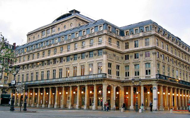 La Comédie-Française vue de l'avenue de l'Opéra en 2007. (Crédit :Dottore Gianni / CC BY-SA 4.0)