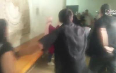 Rixe entre les familles israéliennes de victimes du terrorisme et les familles des attaquants palestiniens à la Haute-cour (Capture d'écran : Twitter)