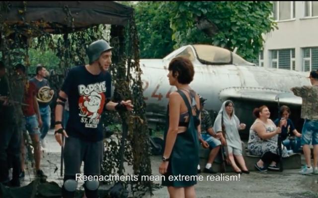 """Extrait du film de Radu Jude """"I Do Not Care If We Go Down in History as Barbarians"""", primé au festival international du film de Karlovy Vary (Crédit : capture d'écran Cineuropa)"""
