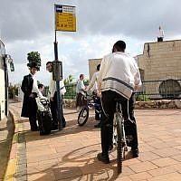Des Juifs ultra-orthodoxes à un arrêt de bus dans l'implantation d'Emmanuel, en Cisjordanie, le 13 avril 2010 (Crédit : Kobi Gideon/Flash90.)