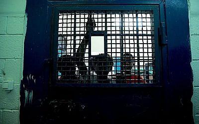 Illustration : Jeunes garçons d'Erythrée dans la prison de Givon, près de Ramle, en 2010. (Moshe Shai/Flash90)