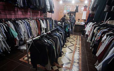 Illustration : des Palestiniens vendent des vêtements qui ont été livrés via le point de passage de Kerem Shalom, entre Israël et Rafah, le 13 octobre 2010. (Crédit : Abed Rahim Khatib/Flash90