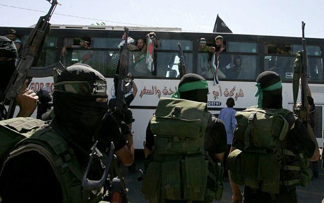 Illustration: Des membres du Hamas observent un bus transportant des prisonniers palestiniens arriver au point de passage de Rafah avec l'Egypte, dans le sud de la bande de Gaza le 18 octobre 2011. (Abed Rahim Khatib / Flash 90)