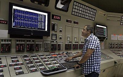 Une photo montrant une salle de contrôle d'une compagnie d'électricité. (Tsafrir Abayov / Flash90)