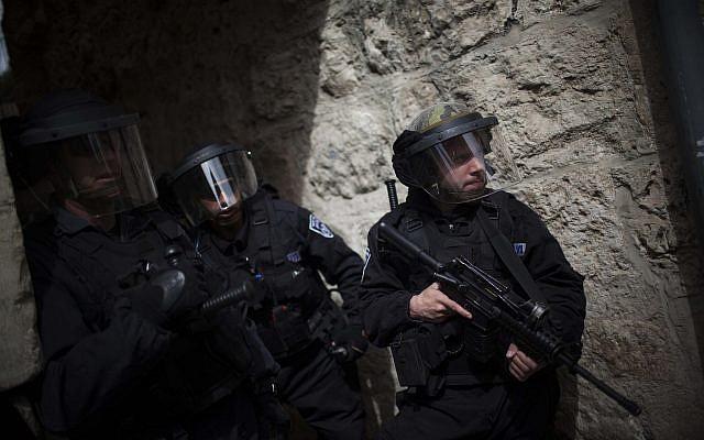 Illustration : Des soldats sur le mont du Temple de Jérusalem, le 8 mars 2013 (Crédit : Yonatan Sindel/Flash90)