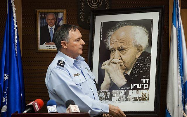 Yohananan Danino, alors chef de la police israélienne, lors d'une cérémonie au siège national de la police israélienne à Jérusalem, le 30 mai 2013. (Flash90)