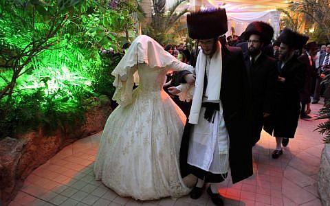 Photo d'illustration: Le mariage d'un couple ultra-orthodoxe hassidique, l'une des nombreuses dépenses réalisées par un emprunt contracté auprès d'un gemach, le 25 février 2012 (Crédit : Yaakov Naumi/Flash90)