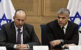 Yair Lapid (à droite), président de Yesh Atid, et Naftali Bennett, chef de HaBayit HaYehudi, présentent un accord conclu entre les collèges technologiques israéliens et le ministère des Finances, à la Knesset, le 27 octobre 2013. (Flash 90)
