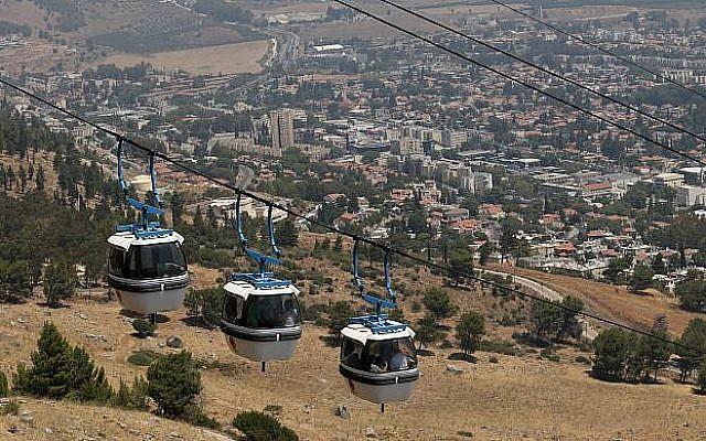Le téléphérique des falaises de Manara au dessus de la ville de  Kiryat Shmona, dans le nord du pays, le 13 août 2014 (Crédit :  Nati Shohat/Flash90)