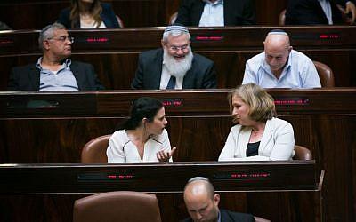 Illustration : la ministre de la Justice Ayelet Shaked (à gauche) s'entretient avec l'ancienne ministre de la Justice Tzipi Livni lors d'une séance plénière et d'un vote à la Knesset le 11 mai 2015. (Crédit : Miriam Alster/Flash90)
