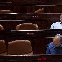 Le chef du parti Yisrael Beytenu Avigdor Liberman et celui de la formation HaBayit HaYehudi Naftali Bennett à la Knesset, le 11 mai 2015 (Crédit : Miriam Alster/Flash90)