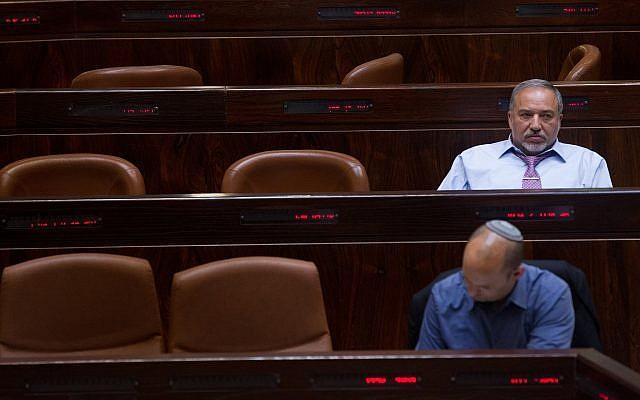 Le chef du parti Yisrael Beytenu Avigdor Liberman (en haut) et celui de la formation HaBayit HaYehudi Naftali Bennett à la Knesset, le 11 mai 2015 (Crédit : Miriam Alster/Flash90)