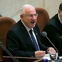 Le président Reuven Rivlin à la Knesset lors de l'ouverture de la session d'hiver, le 12 octobre 2015 (Crédit :  Miriam Alster/Flash90)