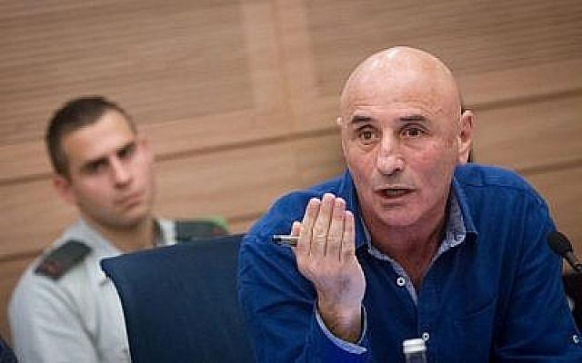Le député Ofer Shelah (Yesh Atid) prend la parole lors d'une réunion de la Commission des affaires étrangères et de la défense de la Knesset le 19 novembre 2015. (Miriam Alster/Flash90)