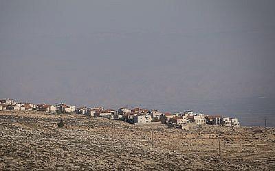 Une vue de l'implantation d' Adam (Geva Binyamin), en Cisjordanie, depuis le quartier juif de Neve Yaakov à Jérusalem, le 1er janvier 2017 (Crédit : Yonatan Sindel/Flash90)