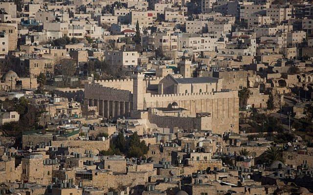 Une vue générale de la ville de Hébron, en Cisjordanie, avec le tombeau des patriarches, le 18 janvier 2017 (Crédit :  Lior Mizrahi/Flash90)