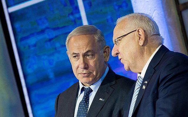 Le Premier ministre Benjamin Netanyahu (à gauche) s'entretient avec le Président Reuven Rivlin lors de la cérémonie de remise du Prix Israël au Centre international de conférences de Jérusalem le 2 mai 2017. (Yonatan Sindel/Flash90)
