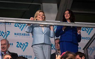 Sara Netanyahu, à gauche, et la ministre de la Culture et des sports,  Miri Regev, lors de la cérémonie d'inauguration des 20èmes maccabiades à Jérusalem (Crédit :  Yonatan Sindel/Flash90)