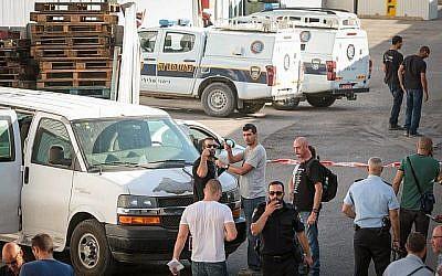 La police est sur les lieux du crime à Kafr Qassem où Reuven Schmerling a été retrouvé assassiné, le 4 octobre 2017. (Roy Alima/Flash90)
