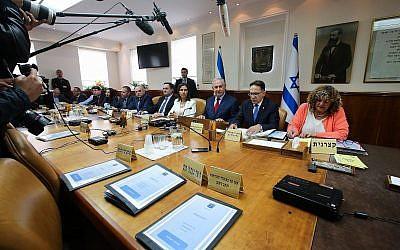 Le Premier ministre Benjamin Netanyahu dirige la réunion hebdomadaire de cabinet au bureau du Premier ministre de Jérusalem, le 11 mars 2018 (Crédit : Marc Israel Sellem/Pool/Flash90)