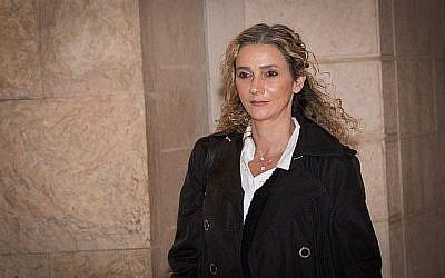 La juge Ronit Poznansky-Katz quitte la Cour suprême de Jérusalem après avoir comparu devant les juges de la Cour suprême dans le cadre du processus disciplinaire contre elle, le 21 mars 2018. (Yonatan Sindel/Flash90)