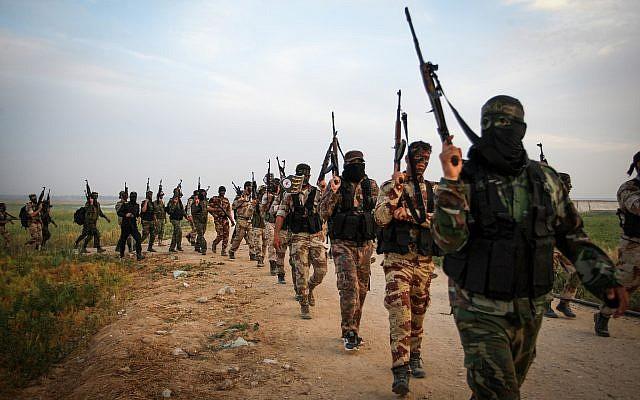 Des combattants du groupe terroriste du Jihad islamique marchent durant un exercice militaire à proximité de la frontière avec Israël, à l'est de la ville de Khan Younis, dans le sud de la bande de Gaza, le 27 mars 2018 (Crédit : Abed Rahim Khatib/Flash90)