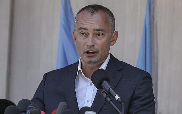 Le coordinateur spécial des Nations unies pour le processus de paix au Moyen-Orient  Nickolay Mladenov lors d'une conférence de presse au cours d'une visite à Gaza, le 15 juillet 2018 (Crédit : (Wissam Nassar/Flash90)