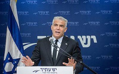 Le chef du parti politique Yesh Atid, le député Yair Lapid, dirige une réunion de faction à la Knesset, le 18 juin 2018. (Miriam Alster/Flash90)